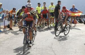 Vincenzo Nibali ogląda się na Chrisa Froome'a