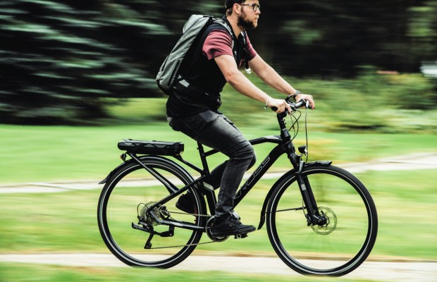mężczyzna na rowerze elektrycznym