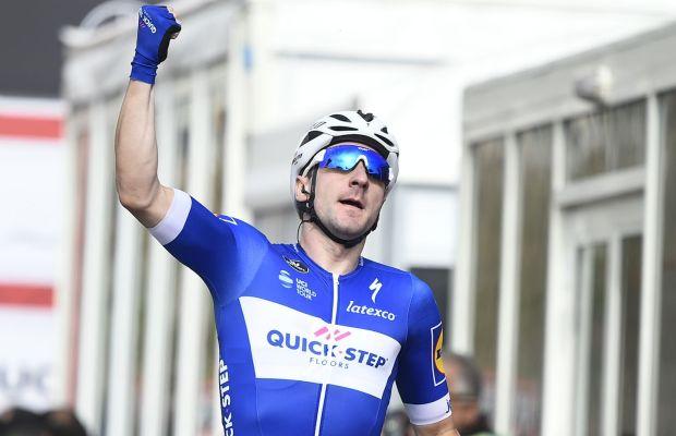 Elia Viviani w geście zwycięstwa