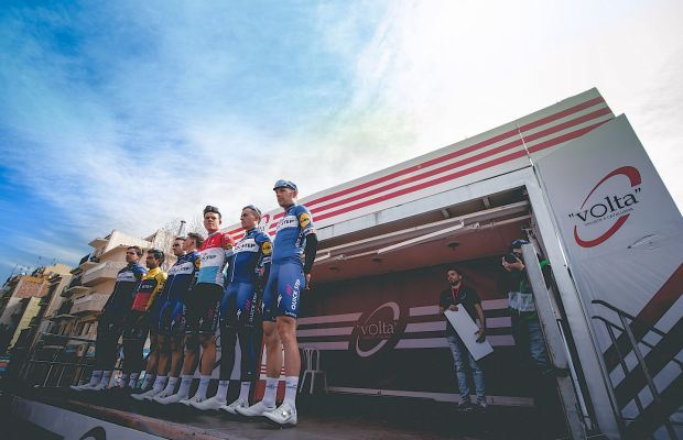 kolarze Quick-Step Floors na prezentacji do etapu Volta a Catalunya