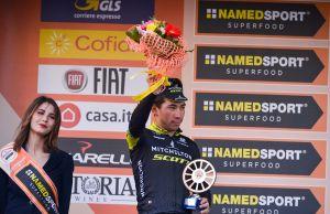 Caleb Ewan na podium Mediolan-San Remo