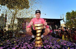 Chris Froome na podium z pucharem zwycięzców Giro d'Italia