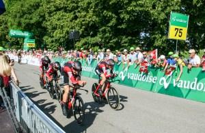 kolarze BMC na trasie jazdy drużynowej