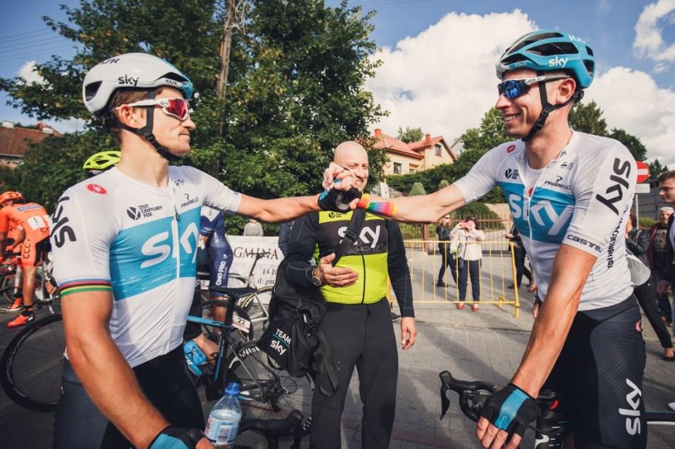 Łukasz Wiśniowski (Team Sky) gratuluje Michałowi Kwiatkowskiemu (Team Sky) zwycięstwa w mistrzostwach Polski ze startu wspólnego