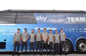 kolarze Team Sky uczestniczacy w Tour de France stoją przed autobusem zespołu