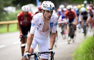Pierre Latour w białej koszulce lidera klasyfikacji młodzieżowej Tour de France