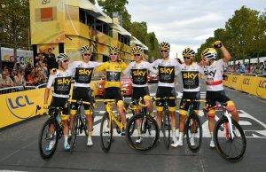 Kolarze Team Sky na mecie Tour de France w Paryżu