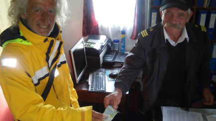 A Romanian dockmaster with Bulgarian roots hands over 1 LEU as nominal value for the boat which has been left in Jurilovca.