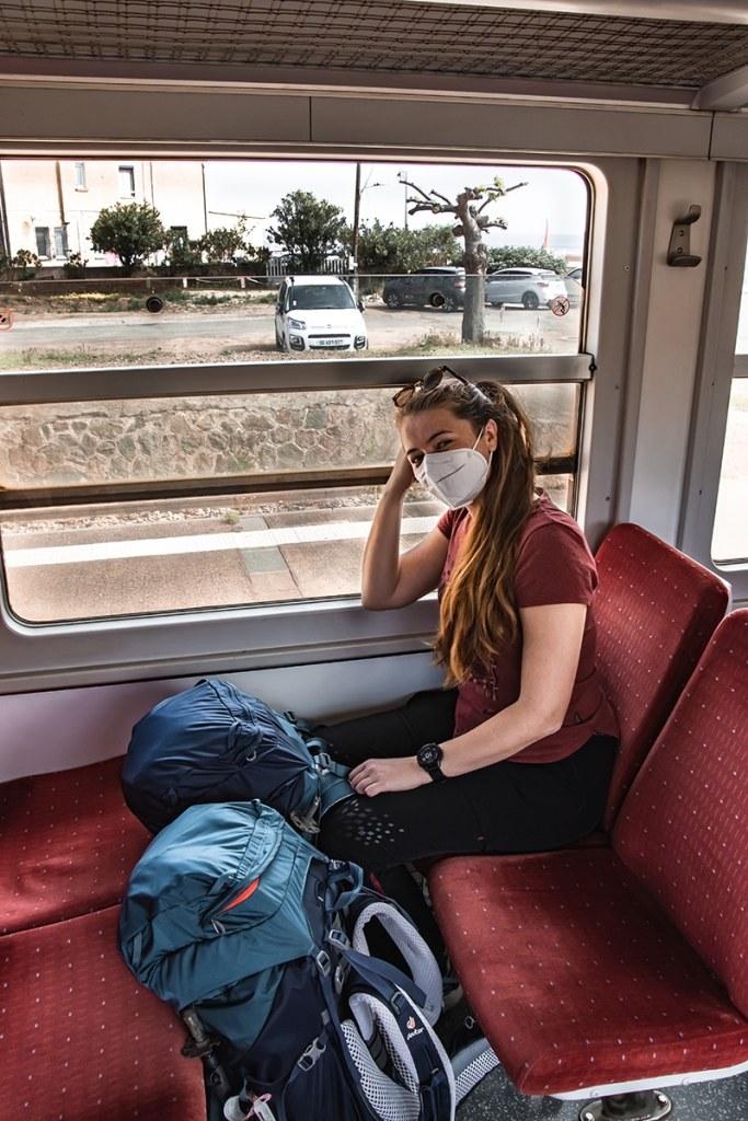 Roxane et nos backpacks dans un train Corse