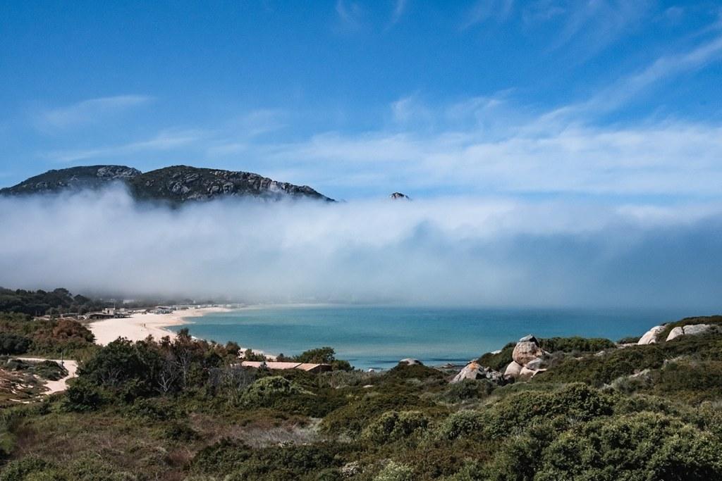 Vue du littoral de Balagne avec de la brume depuis le train corse
