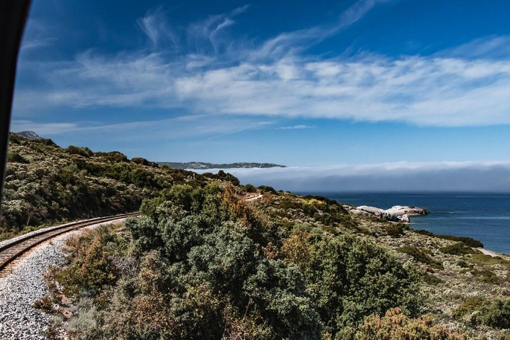 Vue du littoral de Balagne et des voies ferrées depuis le train corse