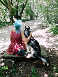 Roxane avec Okami, le Husky des voisins