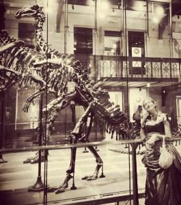 Roxane devant un iguanodon au Musée des Sciences Naturelles de Bruxelles