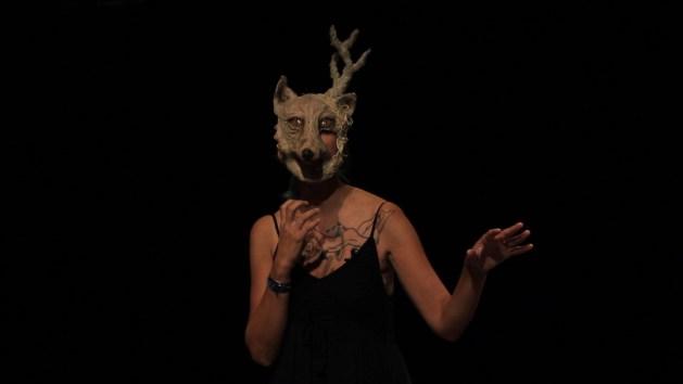 Roxane porte le masque sur le visage