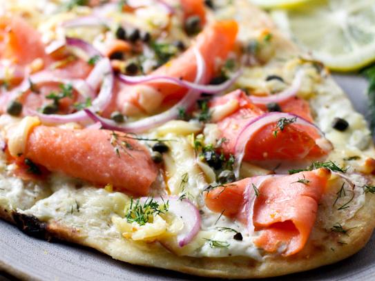 pizza au saumon fum sur petit pain plat roxanne cuisine. Black Bedroom Furniture Sets. Home Design Ideas