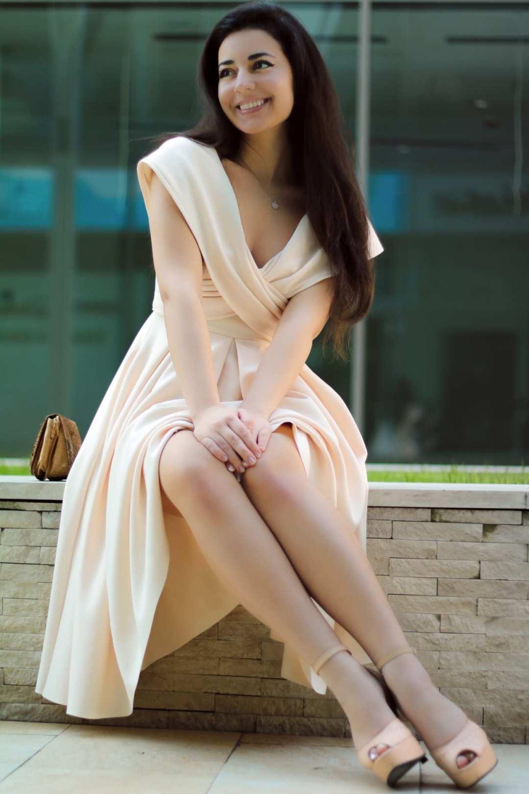 featured fashion blog timisoara blogger for womanfashion.ro rochie eleganta pe umeri nude seara trei sfert romania lifestyle blogger