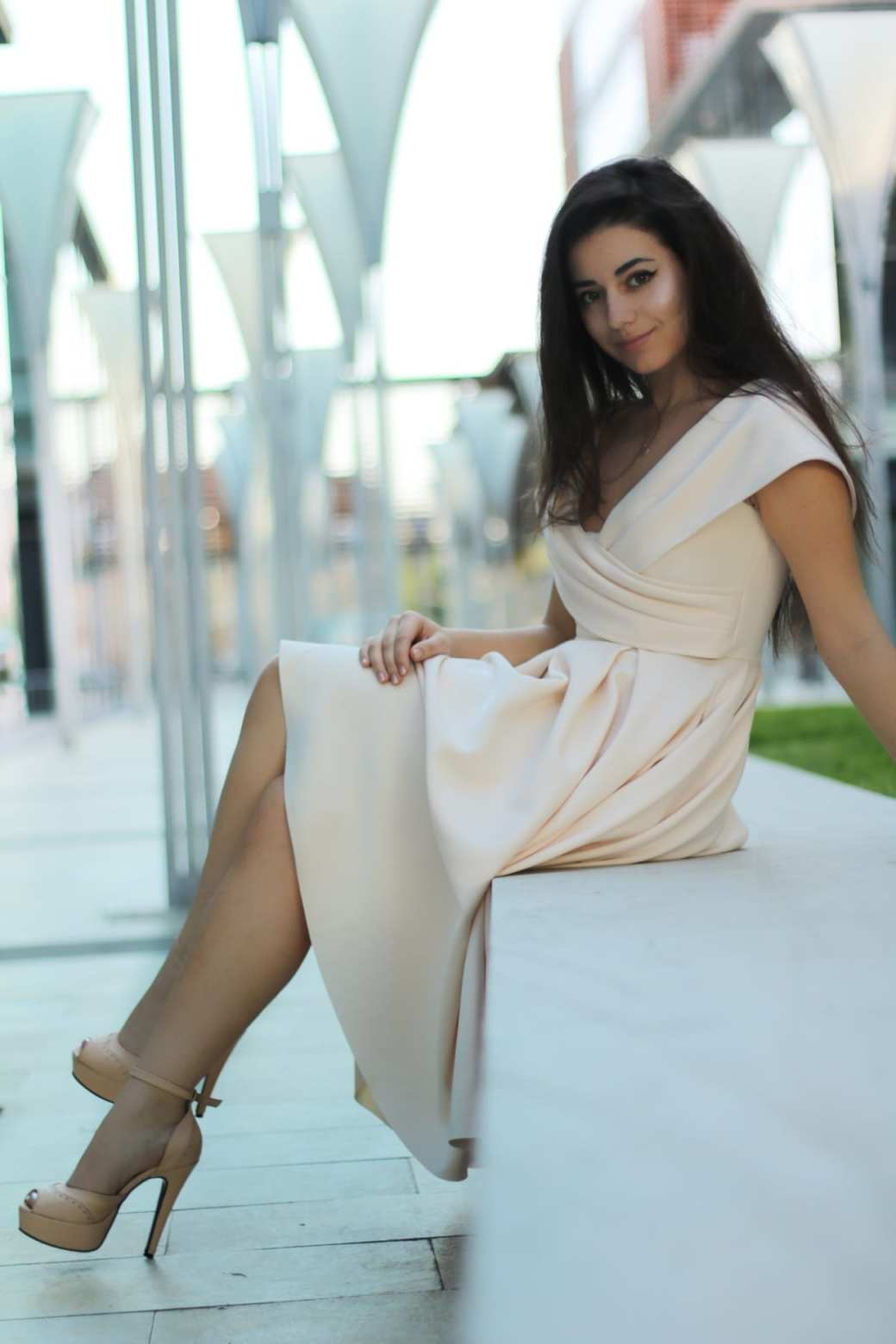 featured fashion blog timisoara blogger for womanfashion.ro rochie eleganta pe umeri nude seara trei sfert romania lifestyle blog