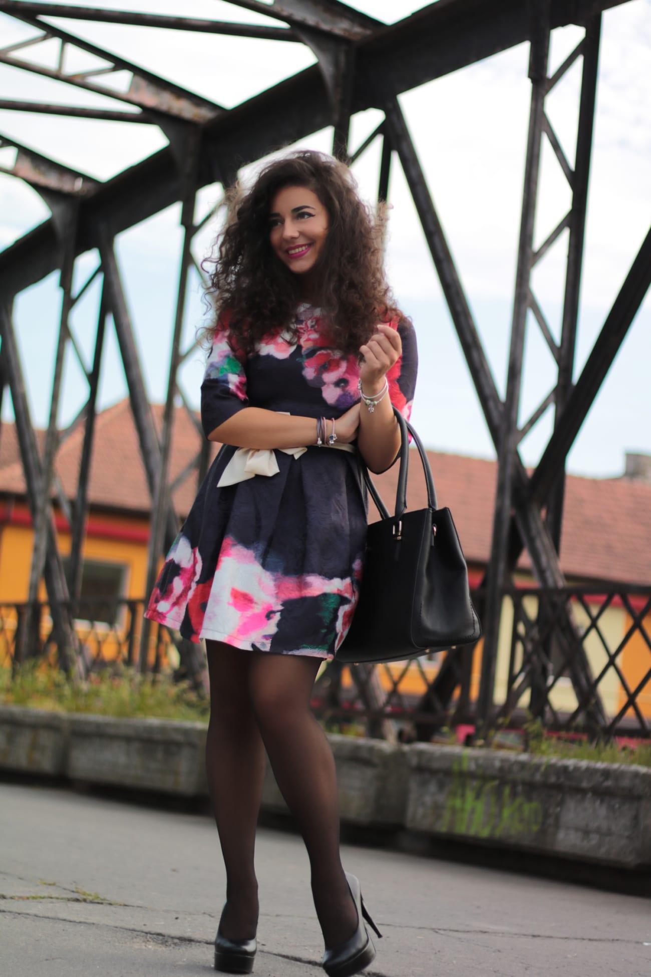 top-fashion-pareri-roxi-rose-timisoara-fashion-blogger-rochia-cu-flori-floral-dress-review-favorite-fashion-item-and-why-clothing-piece curly blogger