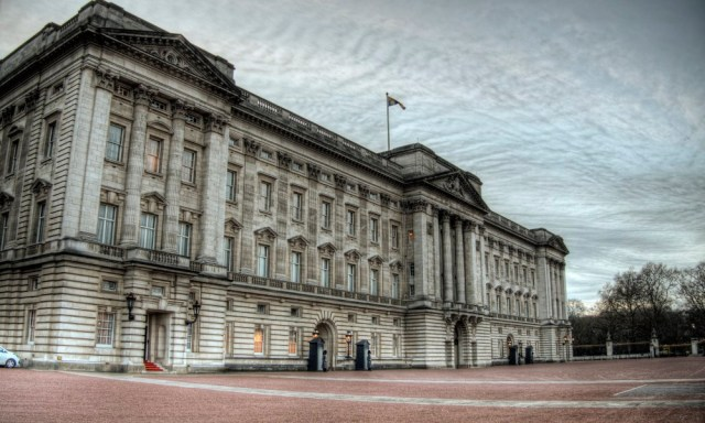 Crisis talks take place between Buckingham Palace & Downing Street over The Queen's independence