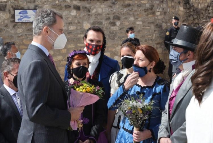 El rey Felipe de España presenta con flores