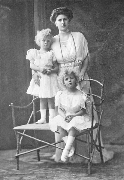413px-Princess_Alice_of_Battenberg_with_children