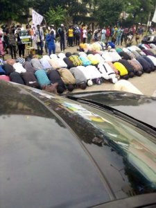 Muslim #EndSARS protesters hold Jumaat prayers on the road (Photos)