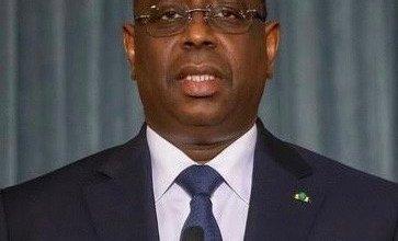 صورة الرئيس السنغالي يحجز نفسه بعد مخالطته لمصابين
