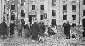Ludzie zgromadzeni w miejscu jednej ze zbrodni, 1 listopada 1945