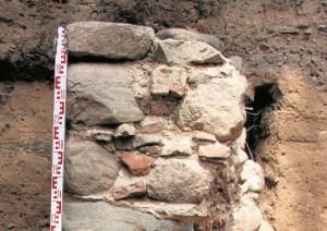 Badacze odkryli też fragment średniowiecznego muru, który był częścią budowli powstałej na już istniejącym cmentarzu. Izabela Ignatowicz Czytaj więcej: http://www.gazetalubuska.pl/wiadomosci/strzelce-krajenskie/art/9022577,tajemnice-ukryte-w-ludzkich-kosciach,id,t.html?cookie=1