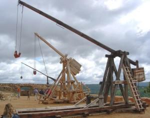 Współczesna rekonstrukcja trebusza i tripantium - machin wojennych używanych w Europie w okresie oblężenia Głogowa