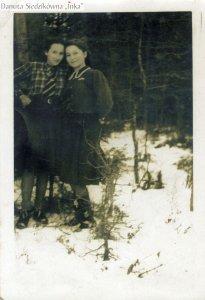 """Danuta Siedzikówna """"Inka"""" z koleżanką, Podlasie, zima 1945 r."""