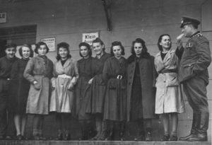 """Tak ubierała się większość kobiet w okresie okupacji. Zdjęcie pochodzi z książki """"Dziewczyny wojenne"""""""