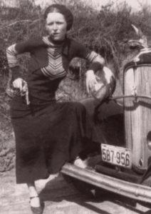 Bonnie Elizabeth Parker zginęła dosłownie podziurawiona jak sito. Utkwiło w niej aż czterdzieści kul, które wystrzelili policjanci, gdy tylko para gangsterów została rozpoznana