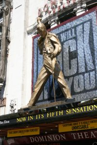 Wejście do Dominion Theatre, gdzie grany jest musical We Will Rock You