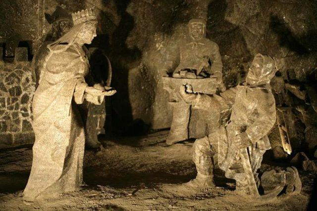Solna rzeźba Świętej Kingi i górników w kopalni soli w Wieliczce ilustrująca legendę o pierścieniu Świętej Kingi