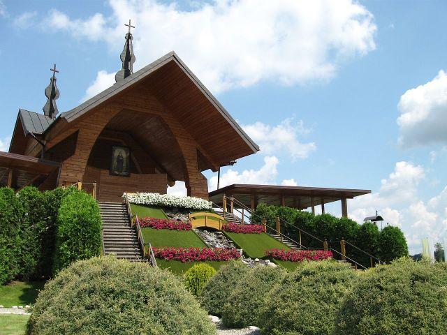 Papieski ołtarz w Starym Sączu, przy którym papież św. Jan Paweł II przewodniczył mszy świętej oraz kanonizował św. Kingę