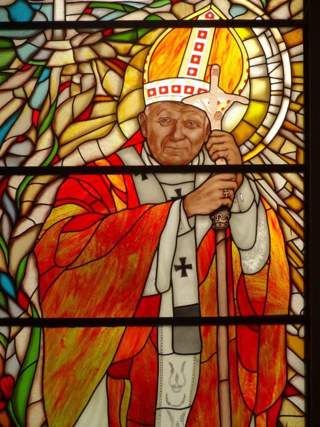 Witraż przedstawiający Jana Pawła II