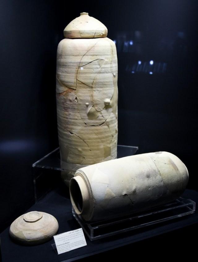 Wiele zwojów znaleziono w specjalnie przygotowanych słojach, Zdjęcie: Osama Shukir Muhammed Amin FRCP (Glasg) Źródło: Bezcenne zwoje