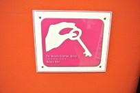 Het Roze Loper keurmerk in de hal van De Eshoeve