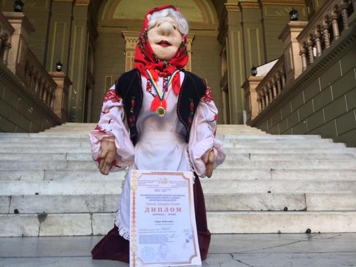 Лялька Баба Василина, з якою виступає Тарас Войтович, з нагородами.