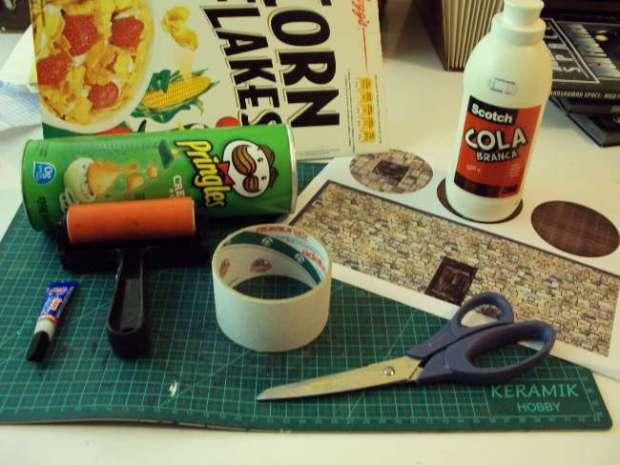 Imagem com o material: rolo de fita, tesoura, cola, rolinho de prensar, impressão da imagem.