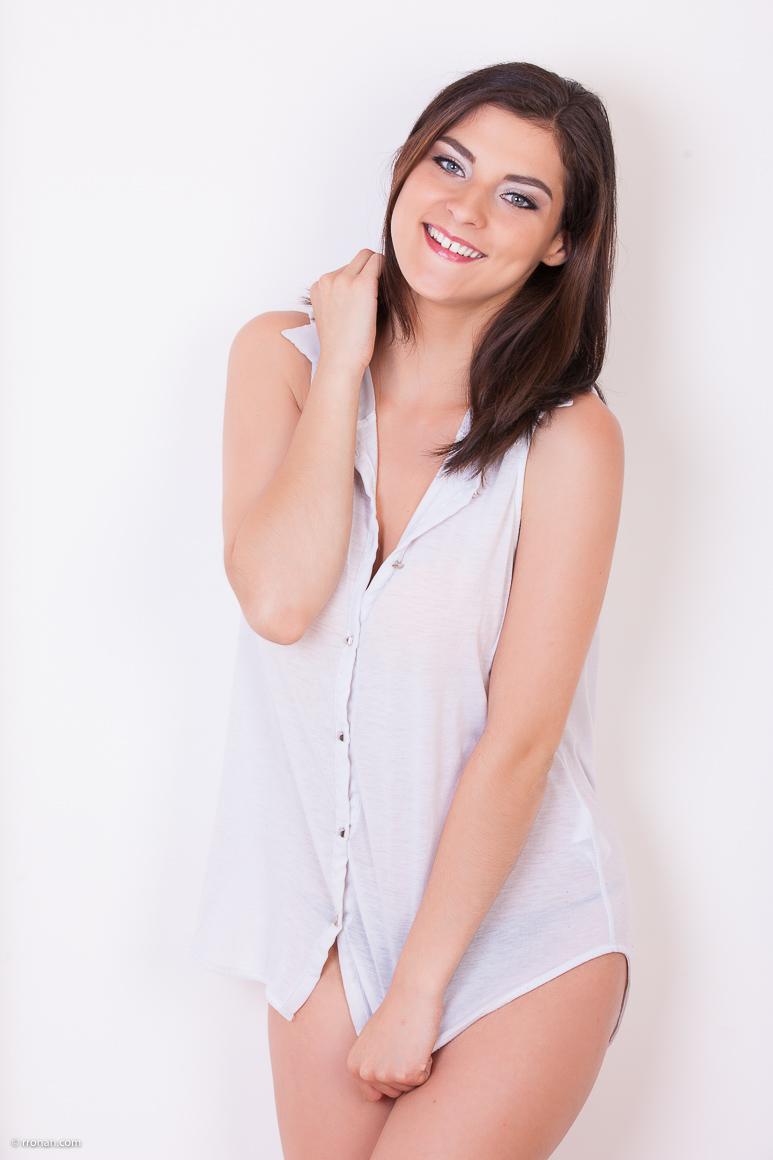 Marie-Laure en studio et souriante