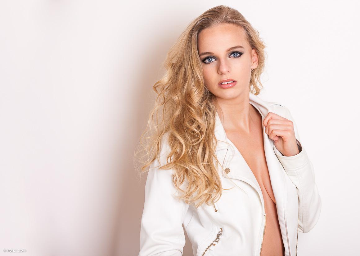 Charlotte en blouson de cuir blanc