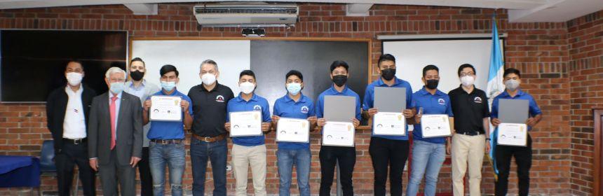 Primera promoción de alumnos certificados por Honda y Fundación Kinal