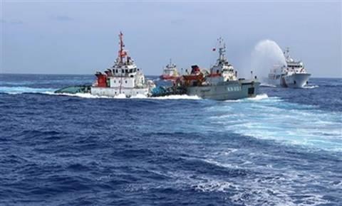 """Hai tàu chấp pháp Trung Quốc chiếc thì phun vòi rồng, chiếc thì đâm húc tàu KN Việt Nam trên Biển Đông. Hành động """"hữu nghị"""" kiểu đại Hán!"""
