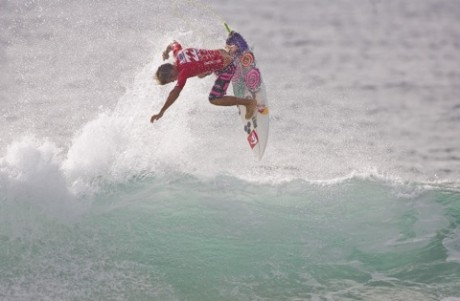 Julian Wilson went to skies in Round 3 of the Billabong ASP World Junior Championships. Photo: Steve Robertson/Surfing Australia