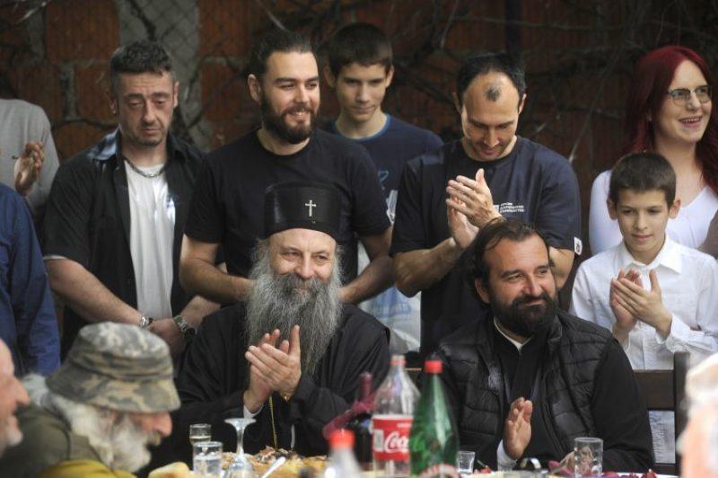 Patrijarh Porfirije na Vaskrs ručao sa beskućnicima i obišao mališane u  Tiršovoj