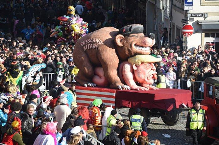 Karnevalska maskota sa porukom Ruska afera posvećena predsedniku SAD Donaldu Trampu na paradi i Diseldorfu.