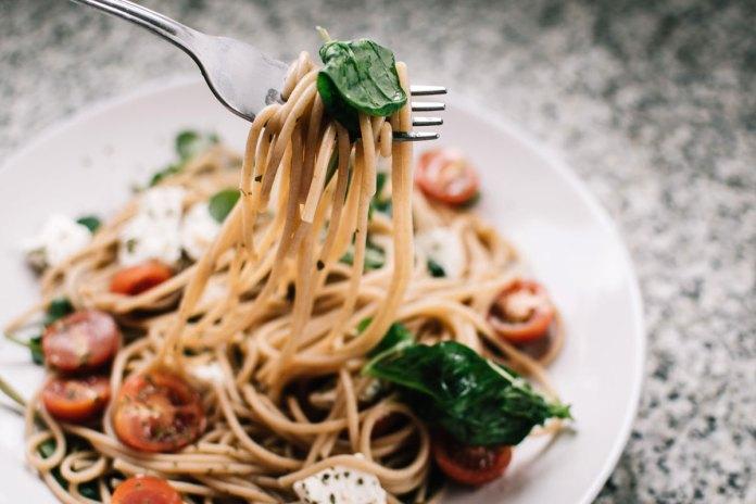 Piatto di spaghetti per indicare la mensa diffusa