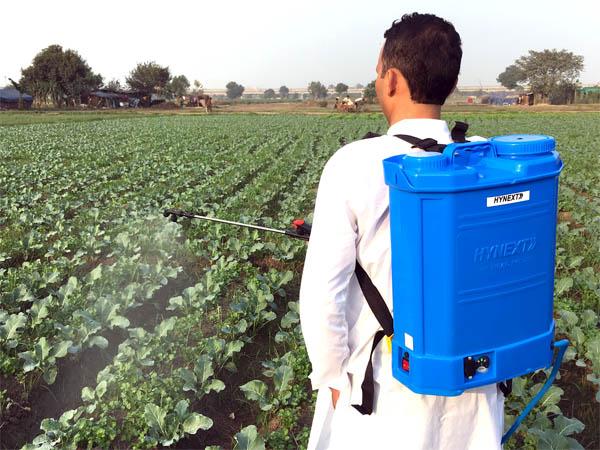 rsr agro battery sprayer farmer spraying